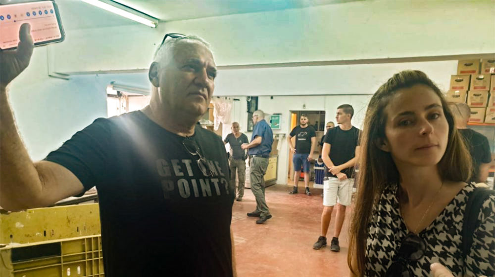 """ח""""כ מירב כהן ואביהו האן בסיור במתקני העמותה לב חש (צילום: דודי מיבלום)"""