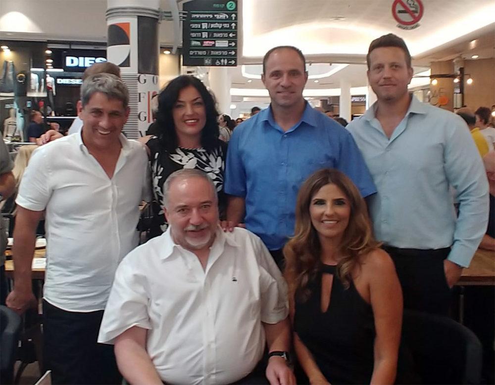 ח״כ אביגדור ליברמן נפגש הבוקר עם עשרות פעילים מרכזיים במטה ״ישראל ביתנו״ בחיפה (צילום: דוברות ישראל ביתנו)