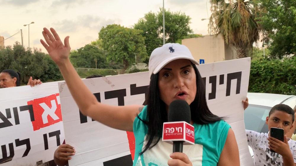 אושר חבוב בהפגנה נגד שילוב בית הספר הדו-לשוני בבית הספר חופית (צילום: ירון כרמי)