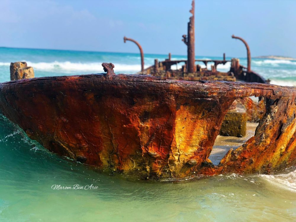 """ספינת הדיג הטרופה """"נץ"""" (אלישבע) בחוף הבונים (צילום: מרום בן אריה צילומי אוויר - 054-869-4777)"""