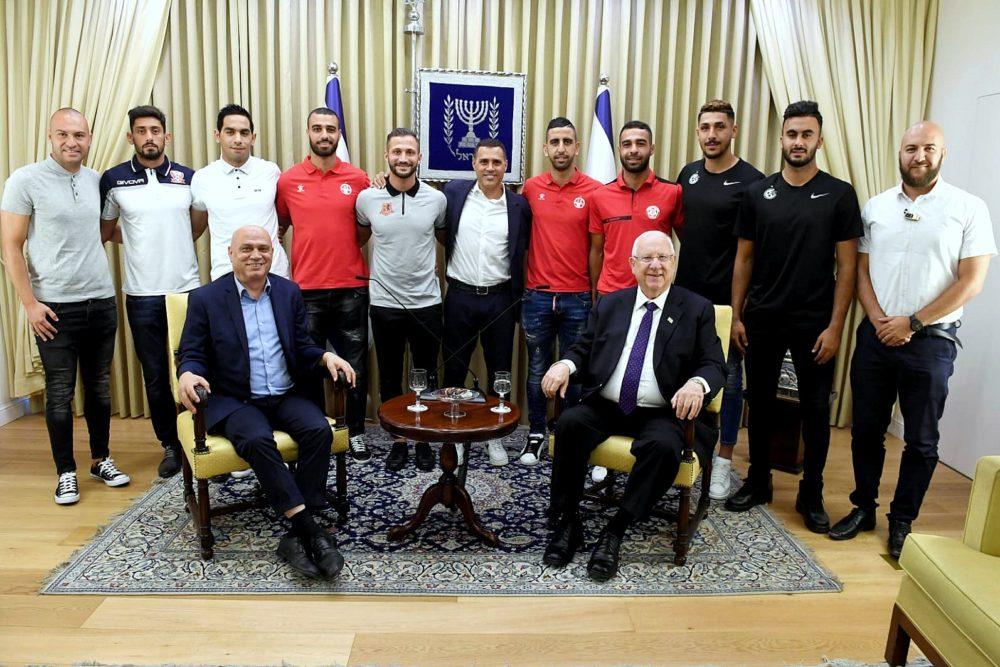 """מפגש מרגש בבית הנשיא, מר רובי ריבלין עם שחקני ונציגי קבוצות הכדורגל (צילום: מארק ניימן/ לע""""מ)."""