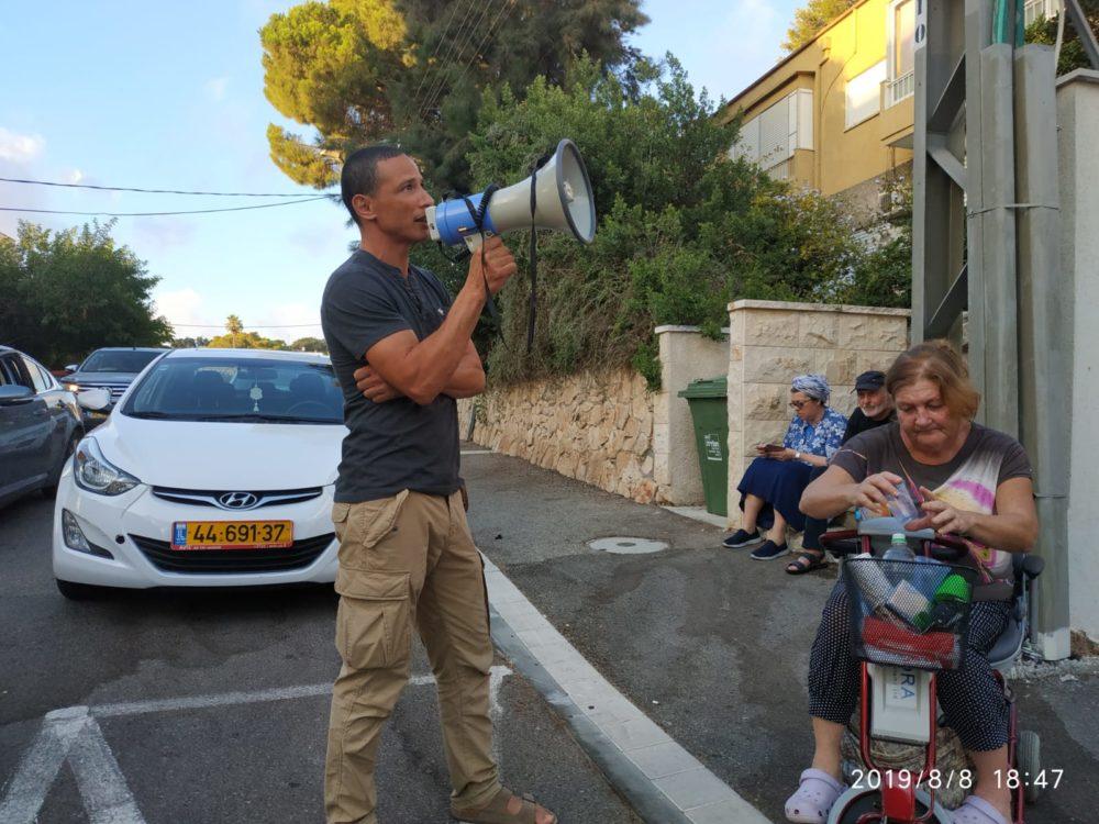 """ארגוני הנכים עורכים מצור על ביתו של שר האוצר משה כחלון בחיפה (צילום: דובר ארגון """"הנכים הופכים לפנתרים"""")"""