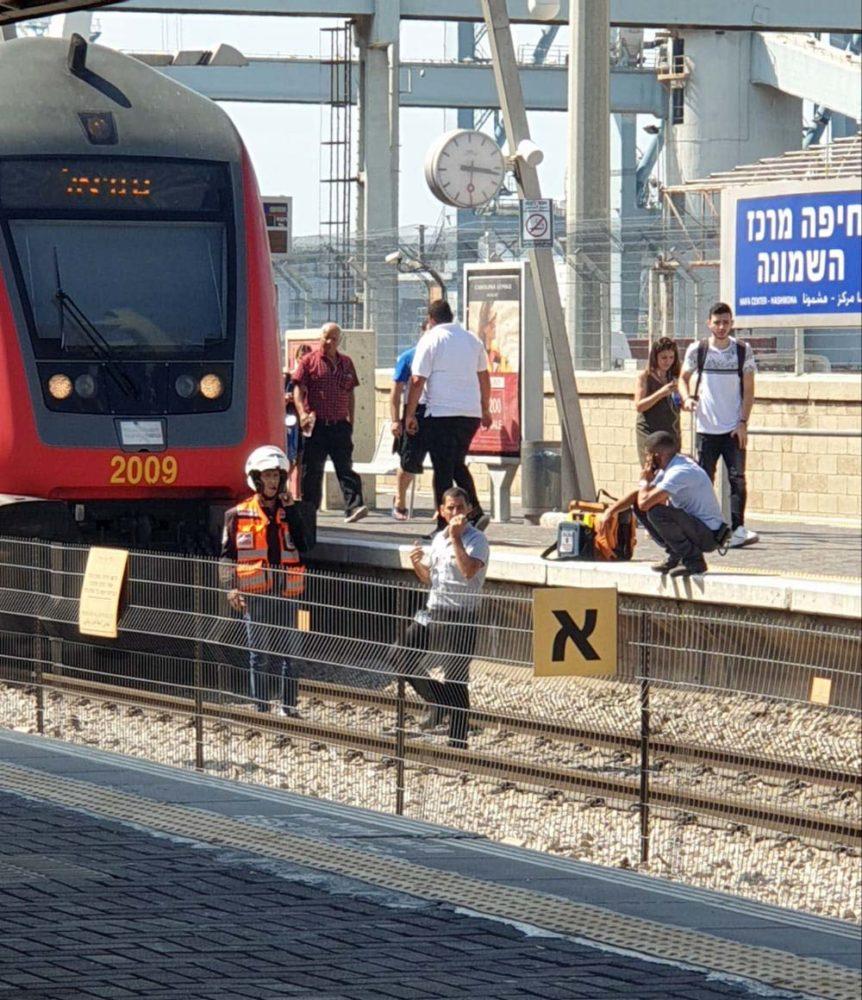 אדם נפגע מהרכבת ונהרג בתחנת הרכבת מרכז השמונה בחיפה (צילום: חי פה)