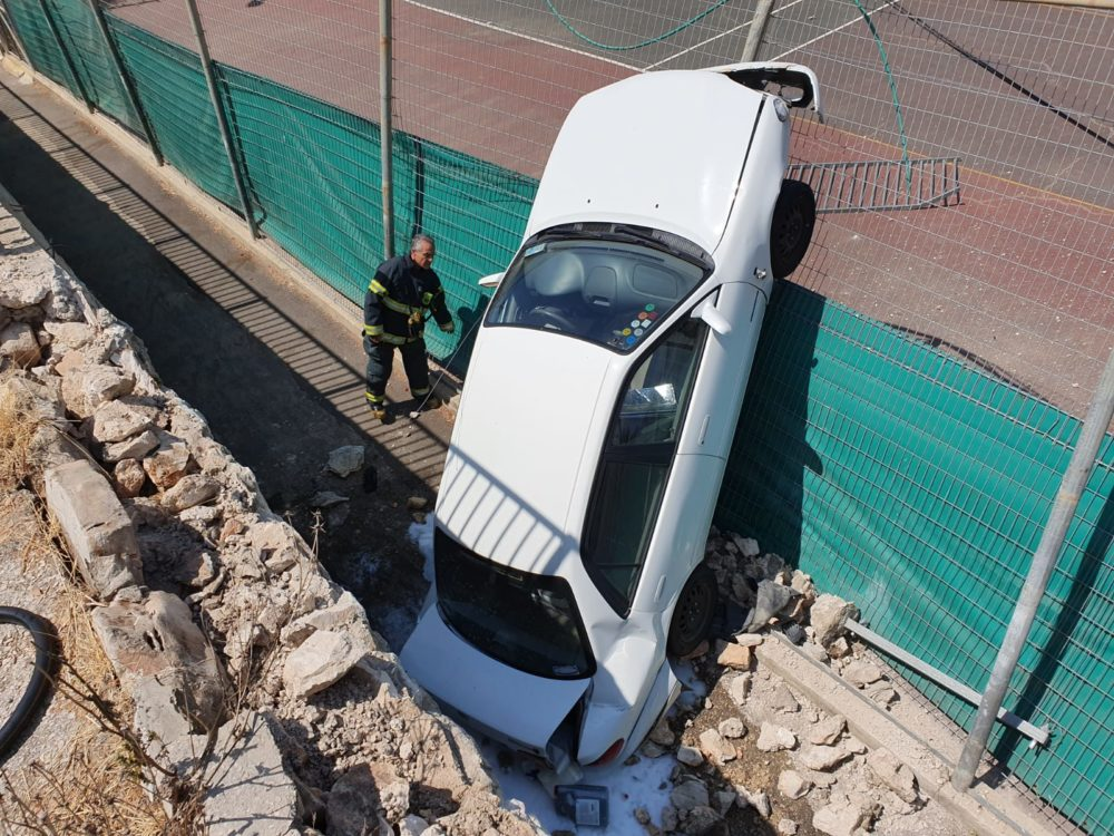 רכב נפל ממצוק בגובה ארבעה מטרים לכיוון מגרשי הטניס שברחוב ביכורים בחיפה (צילום: לוחמי האש)
