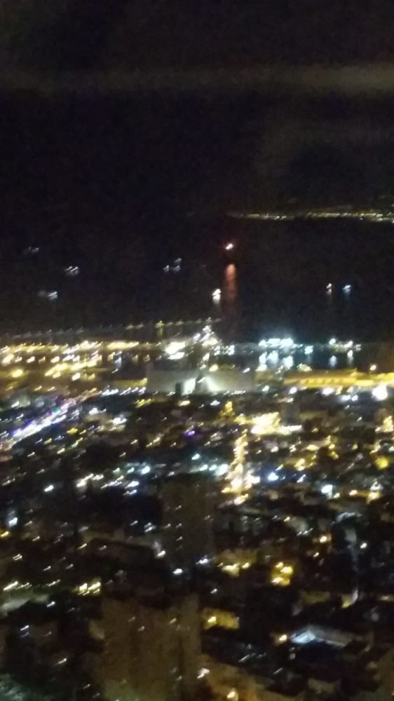 פצצות תאורה בים מול נמל חיפה (צילום: רותי ליבוביץ')