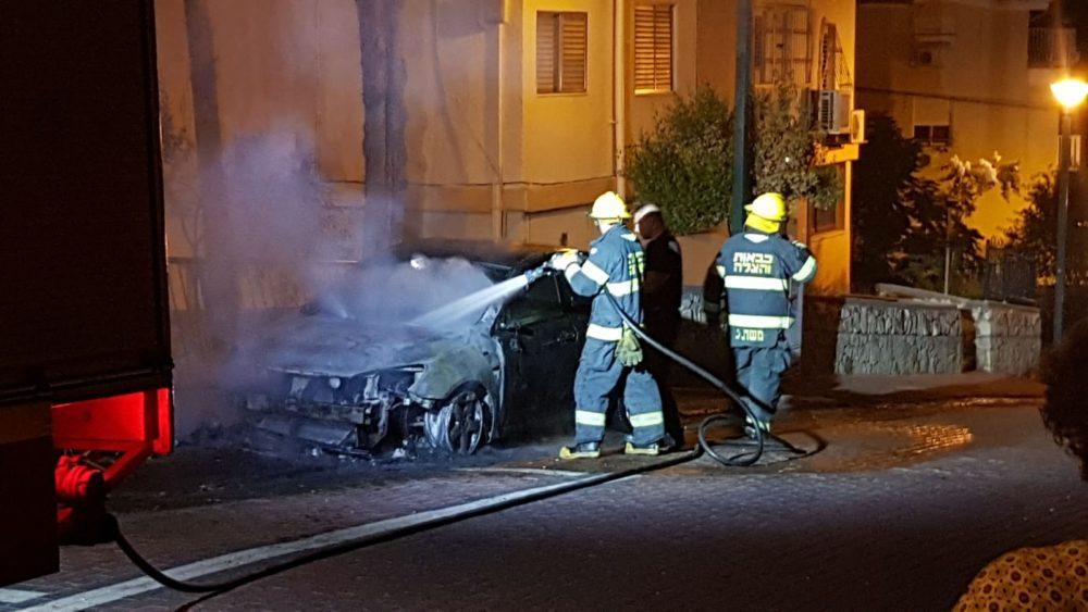שריפת רכב בנשר (צילום: אמין ציקובסקי)