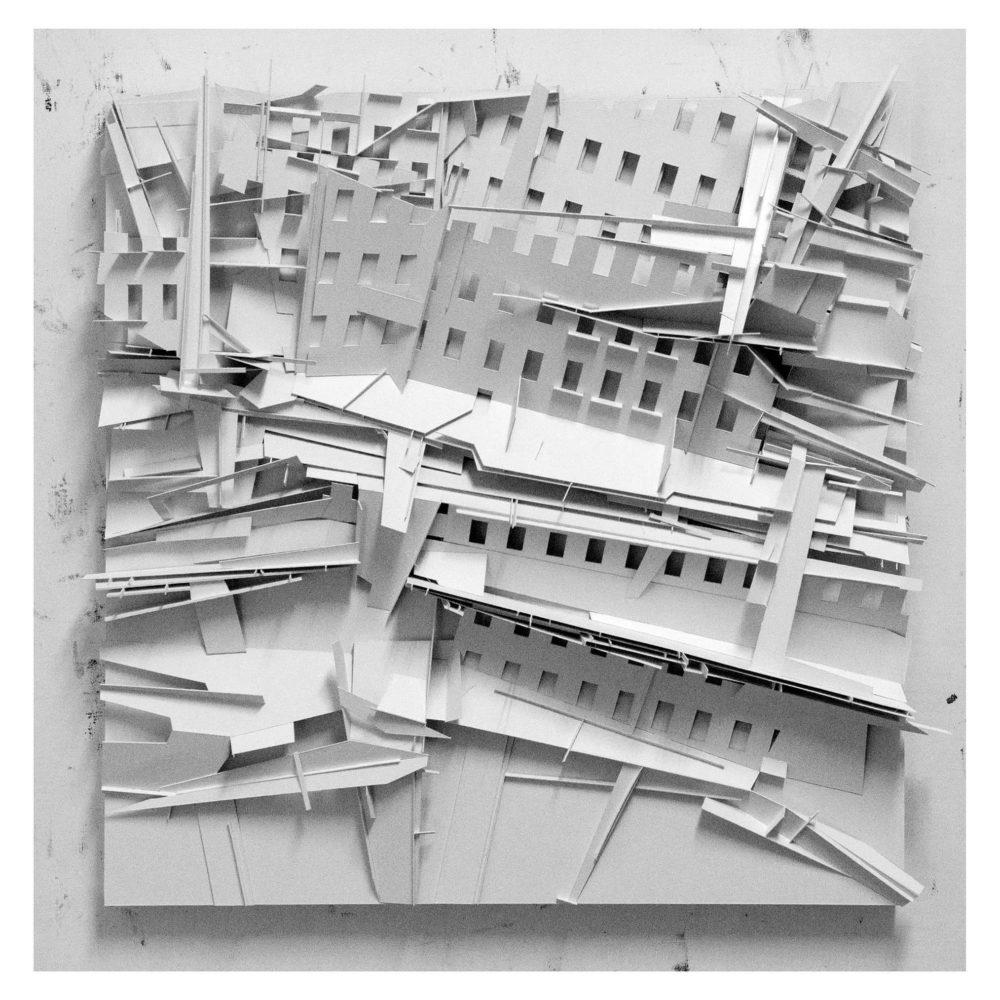 הדרכת האוצרות בתערוכה מסיבת הרס משיכון למגדל במוזיאון העיר (קרדיט אמיר תומשוב באדיבות האמן)