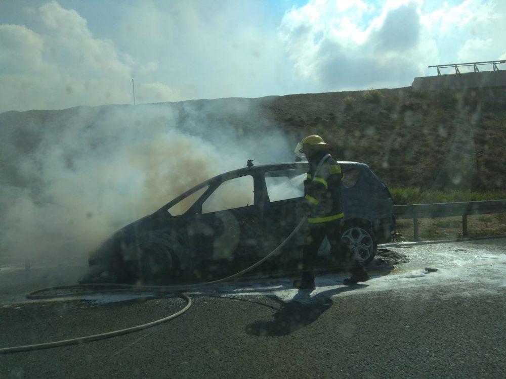 כביש 2 רכב עולה באש צומת עתלית (צילום: ליאורה גינת)