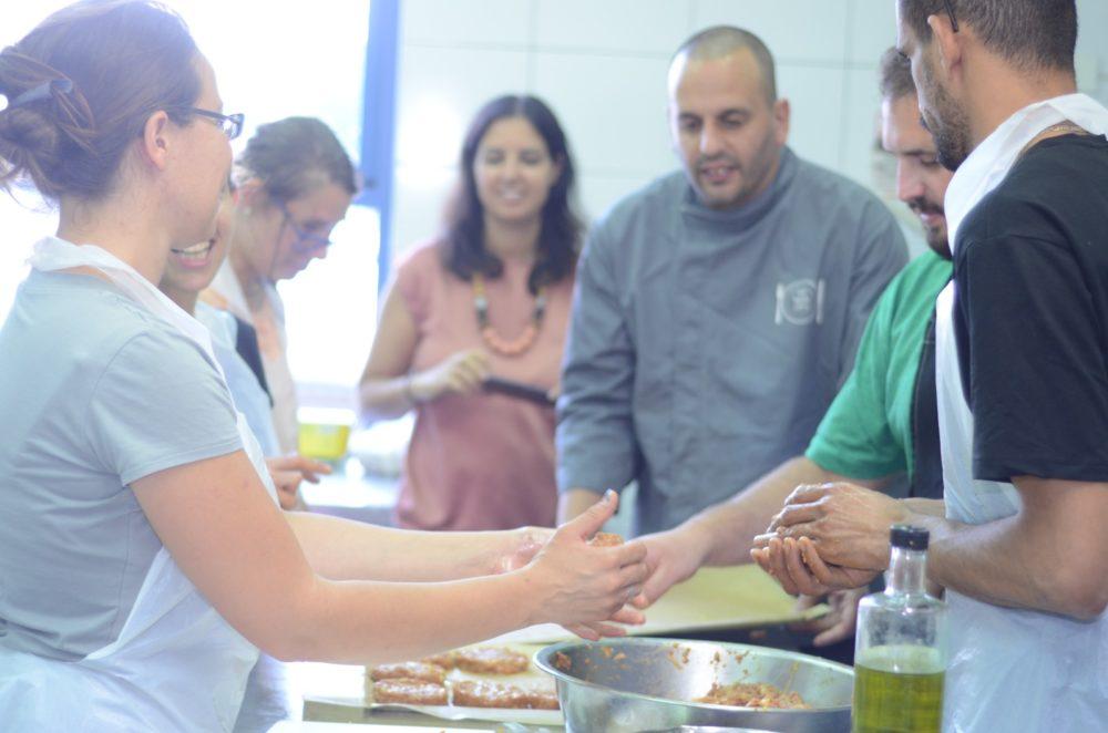 השף תומר וילגו ומשתתפי הקורס (צילום: חגית אברהם)