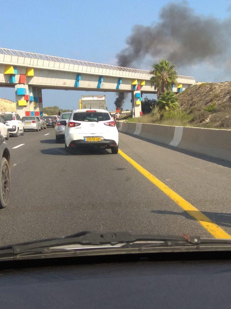 כביש 2 רכב עולה באש צומת עתלית