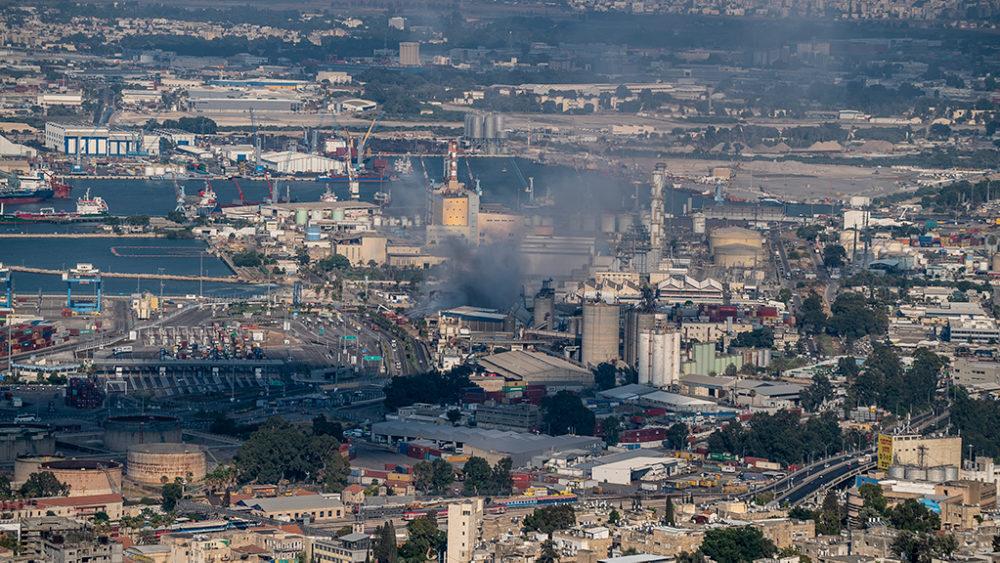 שריפה גדולה במפעל שמן בחוף שמן סמוך לכניסה הצפונית לנמל חיפה (צילום: ירון כרמי)