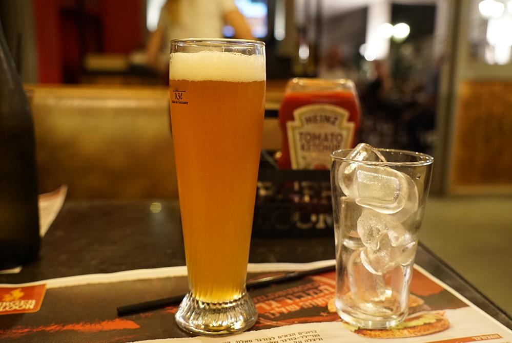 כוס בירה במסעדה בחיפה (צילום: ירון כרמי)