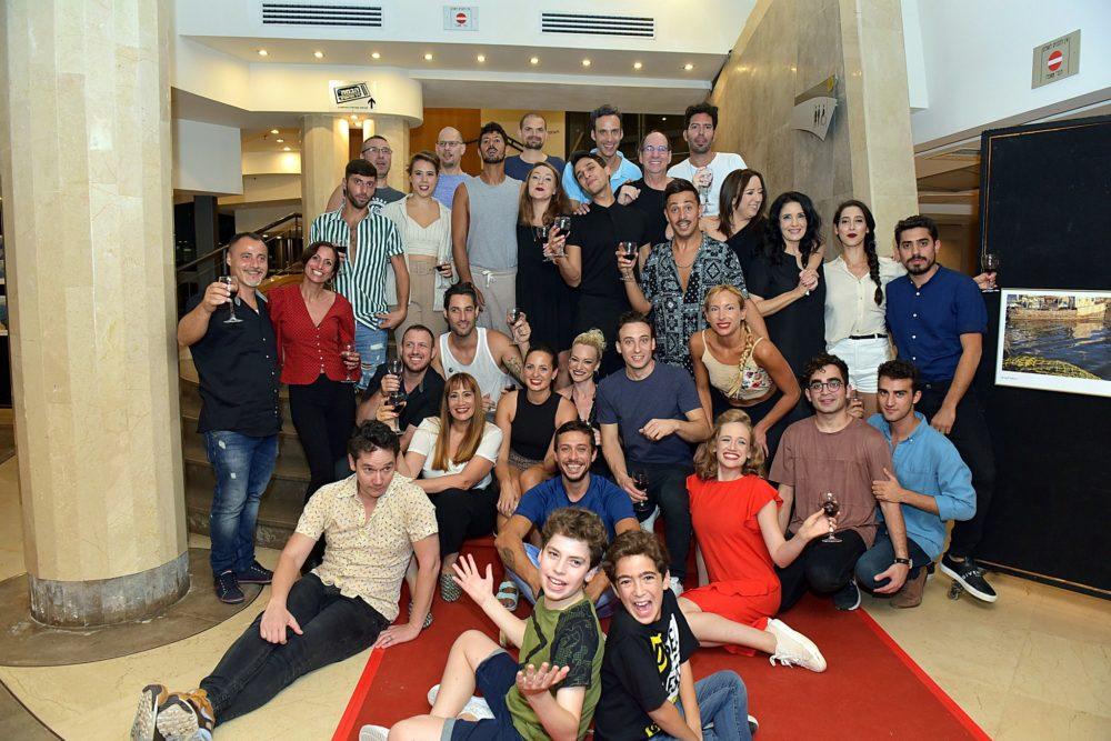 שחקני המחזמר צ'אפלין בתאטרון חיפה בערב הפרימיירה (צילום: יואב איתיאל)
