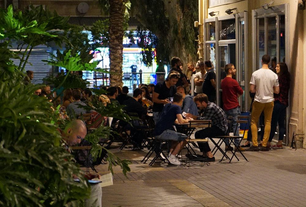 פאב בעיר התחתית בחיפה (צילום: ירון כרמי)