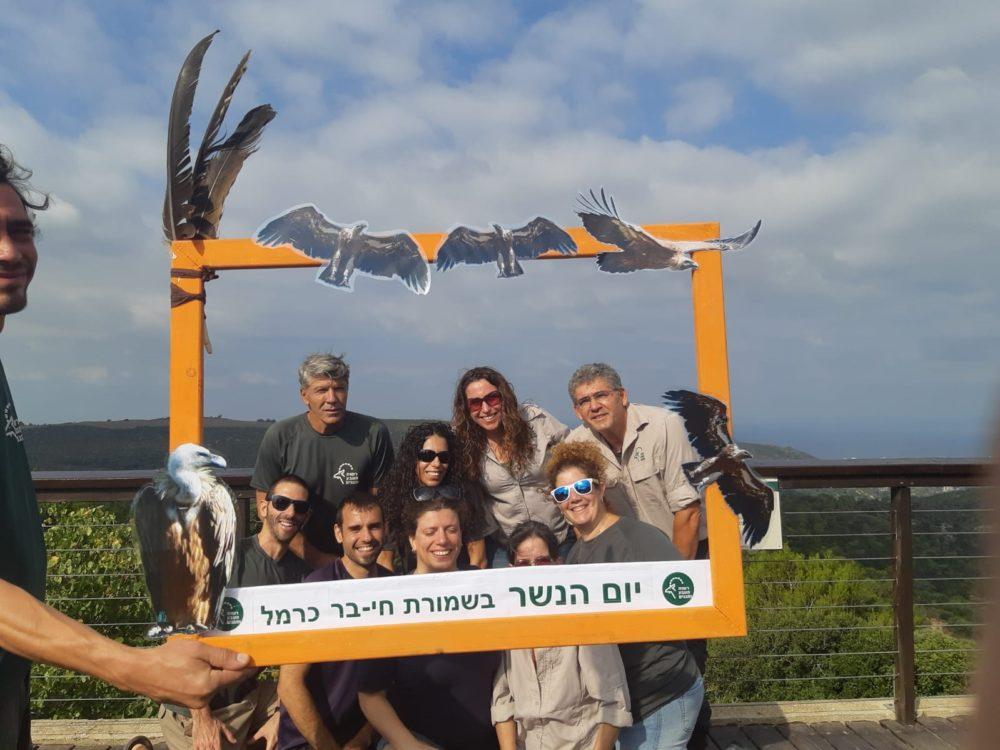 צילום קבוצתי של אנשי רשות הטבע והגנים ביום הנשר בחיפה (צילום: מאיה קדוש-חכמון)
