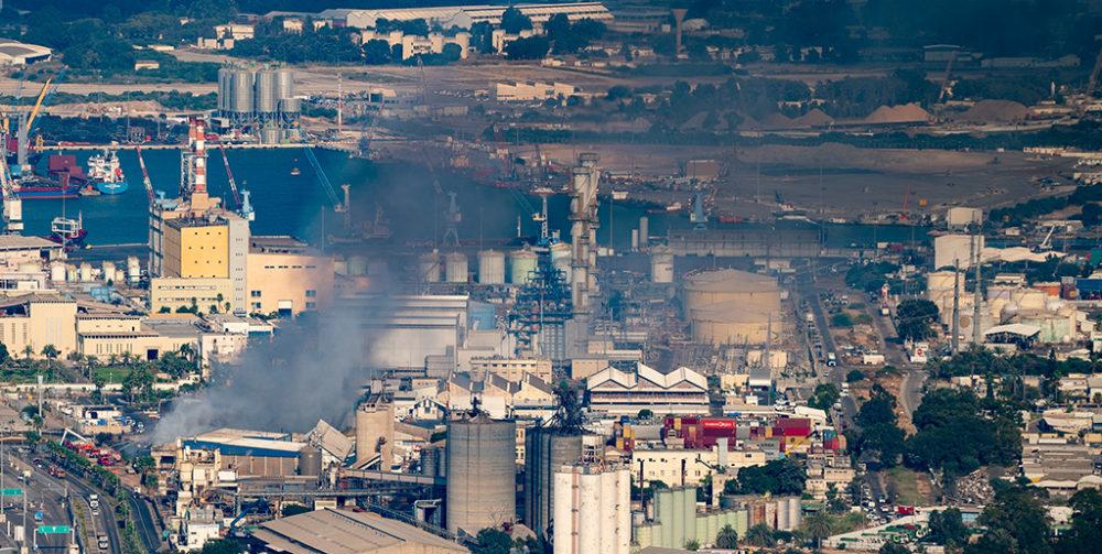 עשן רווי בסיבי אסבסט מכסה את השמים באזור מפרץ חיפה בעת השרפה במפעל שמן (צילום: ירון כרמי)