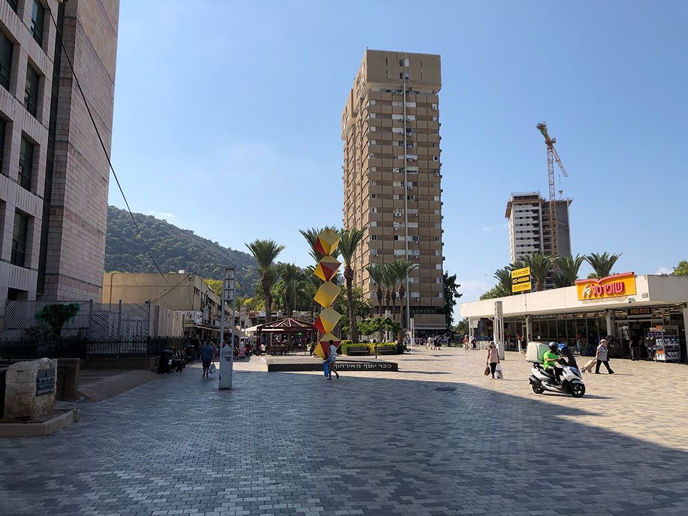 קריית אליעזר - כיכר מאירהוף ובניה לגובה של מגדלי מגורים (צילום: ירון כרמי)