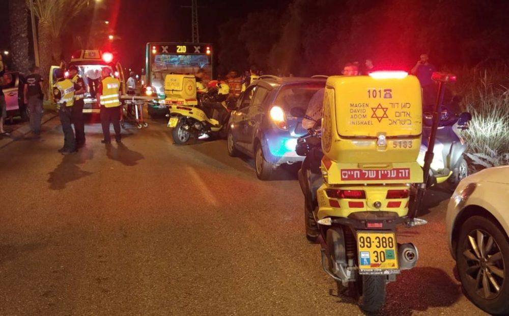 """הולך רגל כבן 40 נהרג כתוצאה מפגיעת אוטובוס של אגד בקרית אתא (צילום: מד""""א)"""