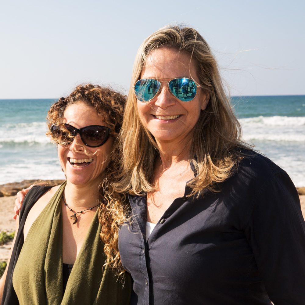 מיקי וטל רז - מיקי חיימוביץ' (מפלגת כחול לבן) בוחנת את איום יוזמת המרינות על חופי חיפה - טיילת בת גלים (צילום: אקי פלקסר)