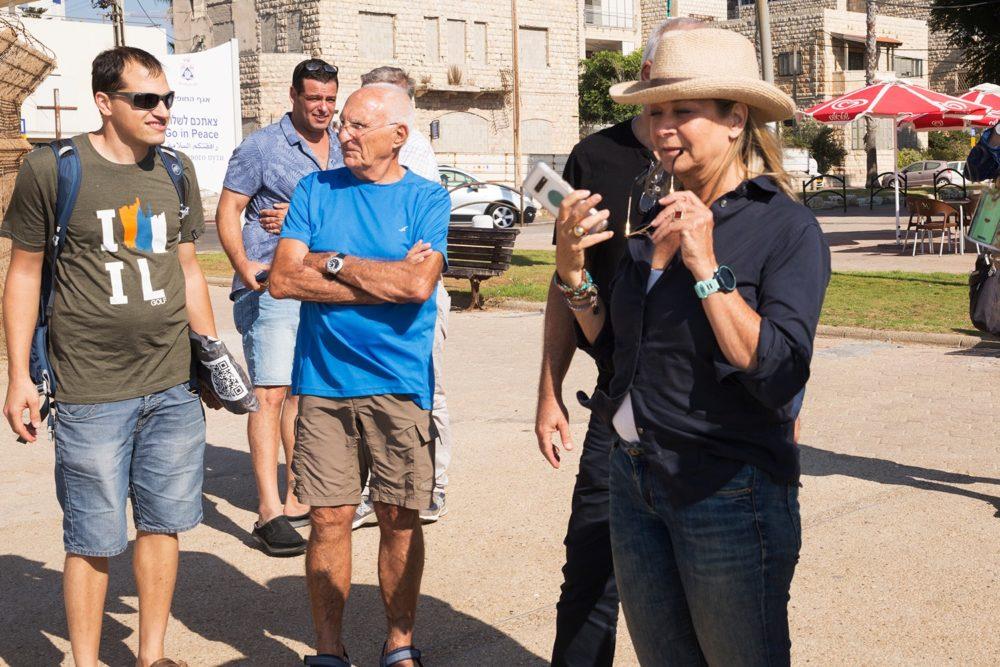 מיקי חיימוביץ' (מפלגת כחול לבן) בוחנת את איום יוזמת המרינות על חופי חיפה - טיילת בת גלים (צילום: אקי פלקסר)