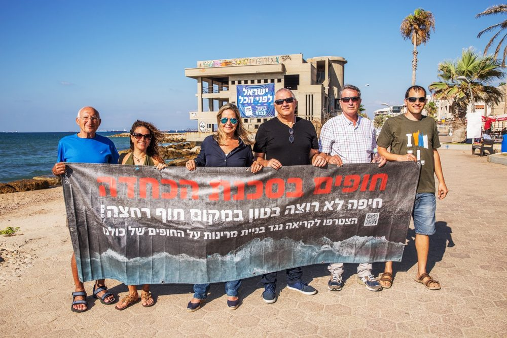 לא למרינת בטון על חשבון חופים - מיקי חיימוביץ' (מפלגת כחול לבן) בוחנת את איום יוזמת המרינות על חופי חיפה - טיילת בת גלים (צילום: אקי פלקסר)