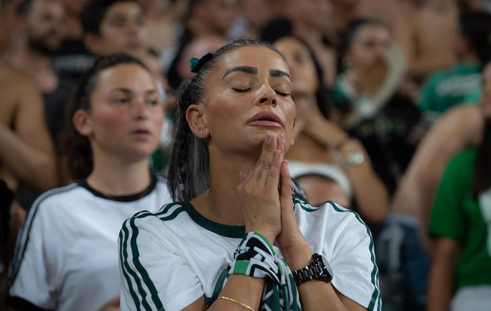 נושאת תפילה - אוהדת מכבי חיפה - כדורגל (צילום: ירון כרמי)