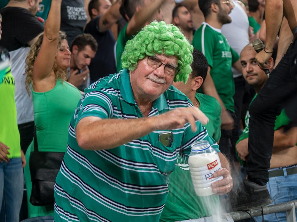 ואסילי מפזר סוכר למזל טוב - מכבי חיפה - כדורגל (צילום: ירון כרמי)