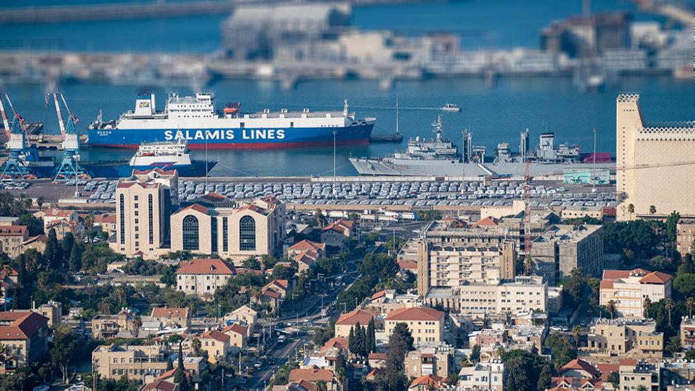 נמל חיפה - הברכה המערבית. שדרות בן גוריון, חזית הים העירונית, אניית מלחמה זרה (צילום: ירון כרמי)