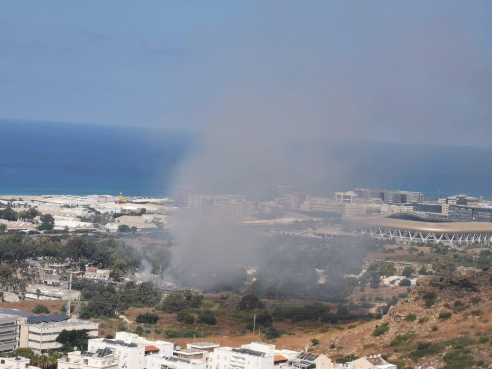 שריפה בין אצטדיון סמי עופר לבסיס הצבאי מדרום (צילום: סמר עודה כרנתינג'י)