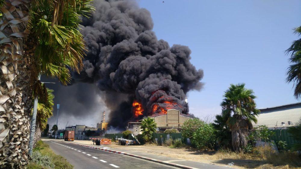 שריפה במפעל שמן (צילום: המשרד להגנת הסביבה)