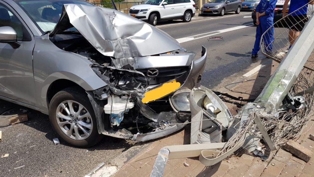 איבד שליטה ברכב והתנגש בעמוד - דרך חנקין בחיפה (צילום: איחוד הצלה)