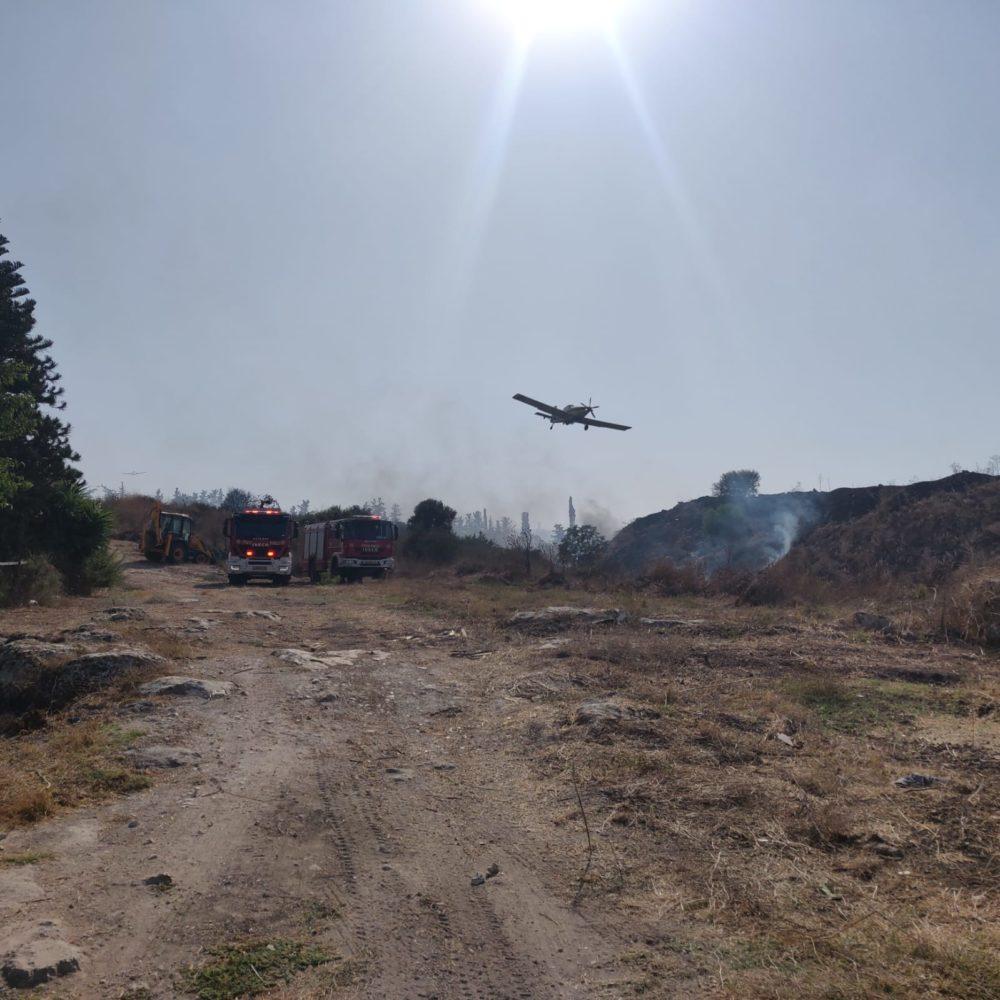 מטוס כיבוי אש שריפה גדולה בשטח פתוח באזור גבעת טל משתוללת (צילום כבאות)
