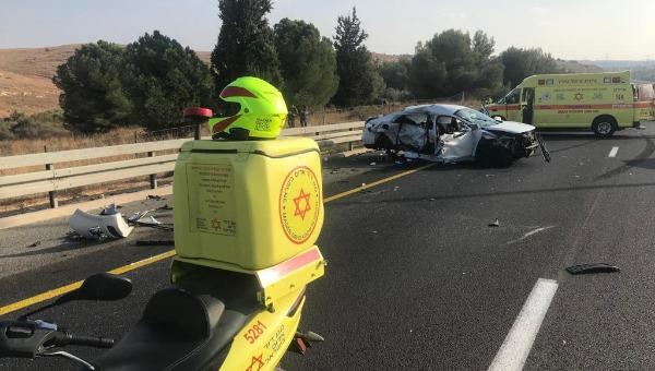 """תאונת דרכים קטלנית בכביש 6 (צילום: מד""""א)"""
