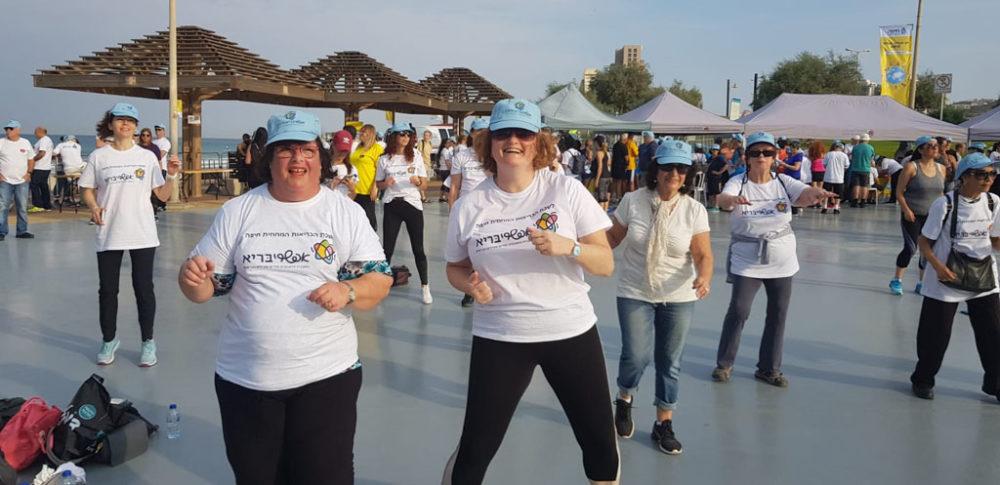 פנסיונרים של לשכת הבריאות המחוזית בחיפה • יום ההליכה הבינלאומי בטיילת חוף הים בחיפה (צילום: מאיה שפירר-אבני)