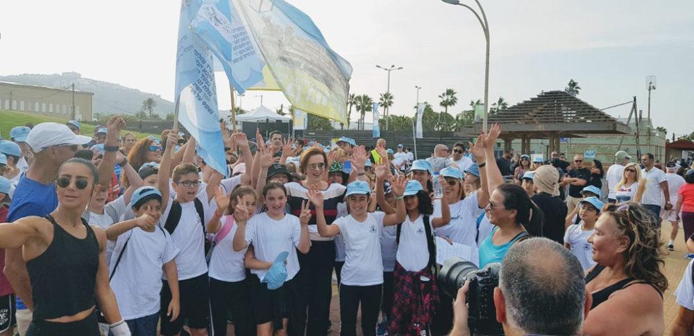 עינת קליש-רותם עם ילדי אהוד שלמה תל • יום ההליכה הבינלאומי בטיילת חוף הים בחיפה (צילום: מאיה שפירר-אבני)