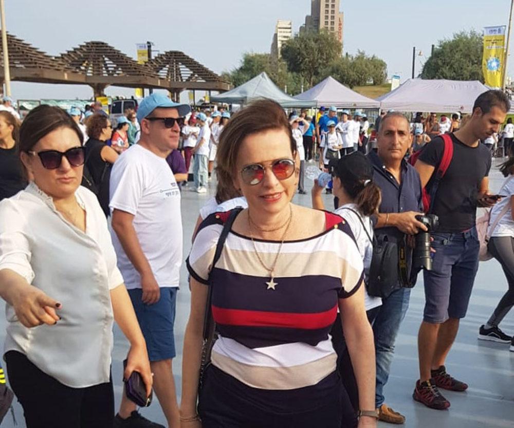 עינת קליש-רותם ואילנה טרוק ביום ההליכה הבינלאומי בטיילת חוף הים בחיפה (צילום: מאיה שפירר-אבני)
