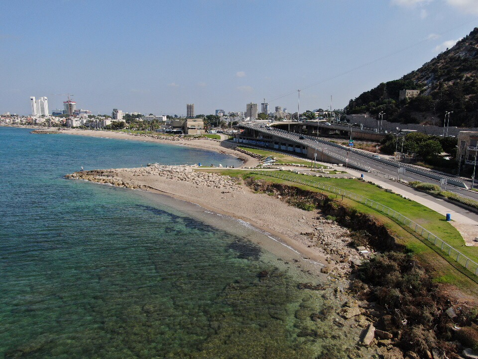 מועדון הגולשים הנטוש וטיילת בת גלים בחיפה ממעוף הרחפן (צילום אוויר - מרום בן אריה - 054-869-4777)