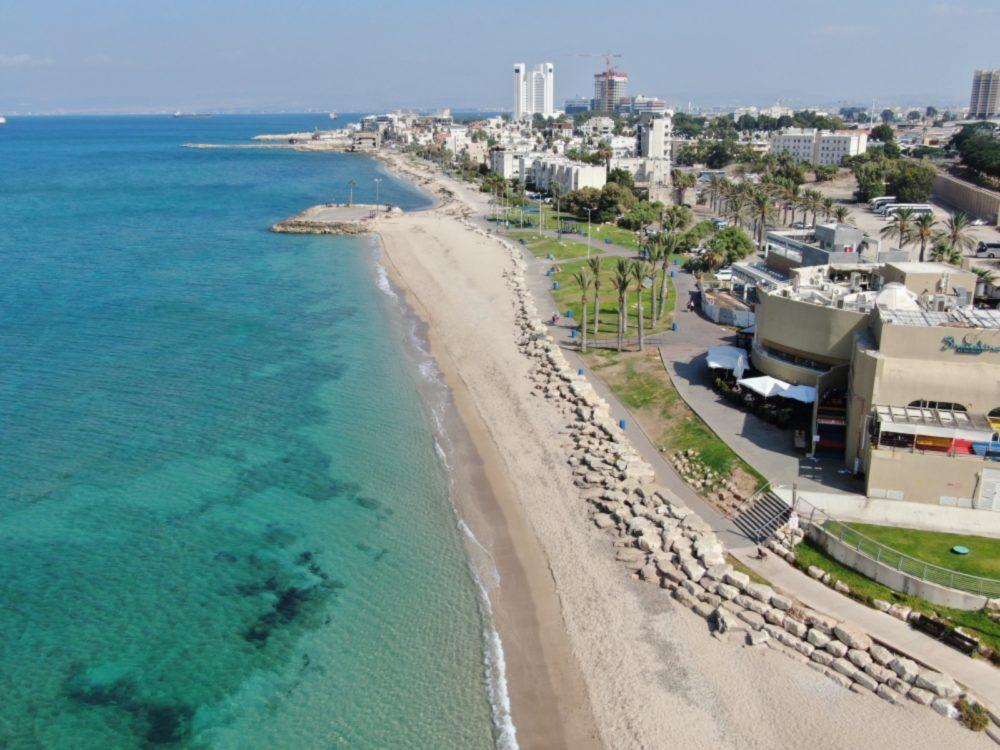 טיילת בת גלים בחיפה ממעוף הרחפן (צילום אוויר - מרום בן אריה - 054-869-4777)