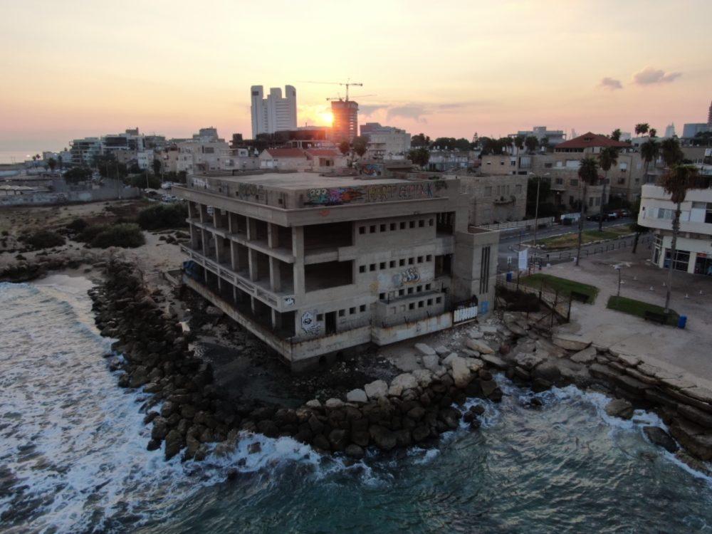 הקזינו הנטוש בטיילת בת גלים בחיפה ממעוף הרחפן (צילום אוויר - מרום בן אריה - 054-869-4777)