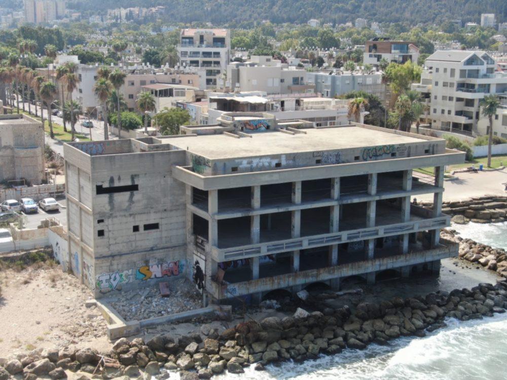 בניין הקזינו הנטוש בטיילת בת גלים בחיפה ממעוף הרחפן (צילום אוויר - מרום בן אריה - 054-869-4777)