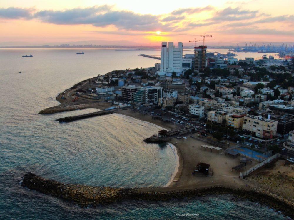 חוף הרחצה העירוני (הבק-דור) בטיילת בת גלים בחיפה ממעוף הרחפן (צילום אוויר - מרום בן אריה - 054-869-4777)