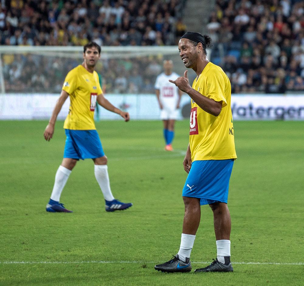 רונלדיניו מול הקהל הנרגש - משחק השלום בחיפה - ברזיל נגד ישראל (צילום: ירון כרמי)