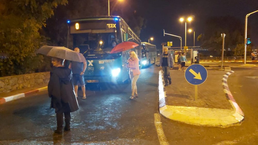 חסימת רחוב גאולה לתנועת אוטובוסים (צילום: חי פה בשטח)