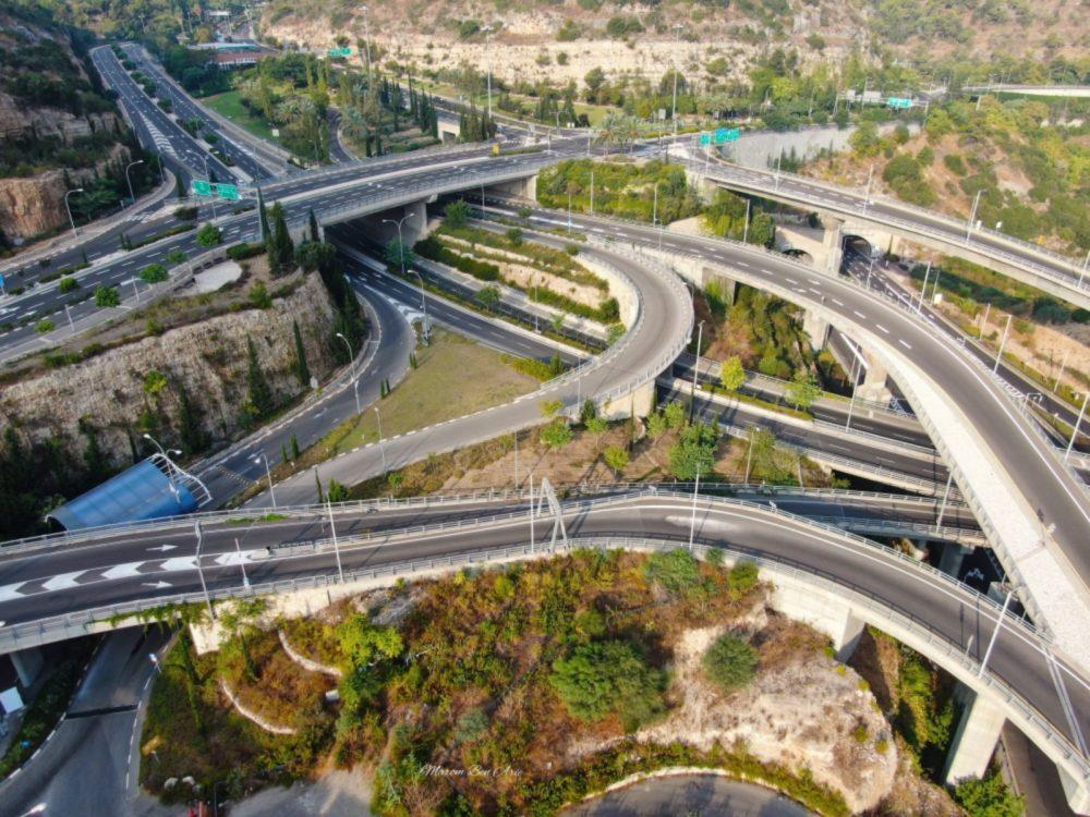 מחלפי מנהרות הכרמל מעל נחל הגיבורים בחיפה (צילום: מרום בן אריה - צילומי אוויר 054-869-4777)