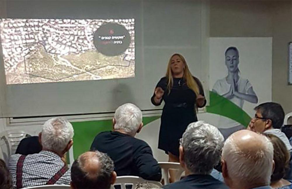 """הלן דורפמן מתדרכת את המתנגדים לתכנית """"דניה הירוקה"""" (צילום: אלבום אישי)"""