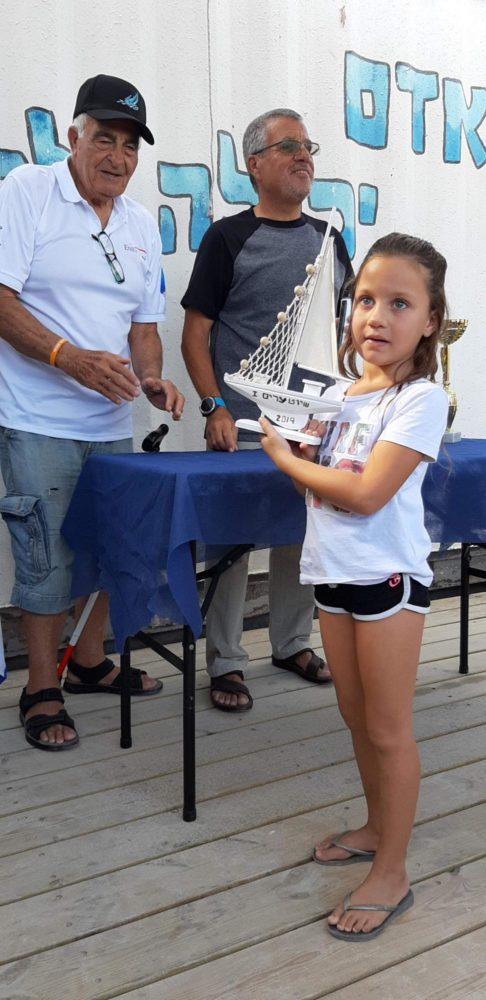 """תא""""ל בדימוס, שבתאי לוי, מעניק פרס מיוחד לשייטת הצעירה ביותר, טל קפלן בת 5 - שיוט הערים ה-63 (צילום: קהילת שייטי הכרמל)"""