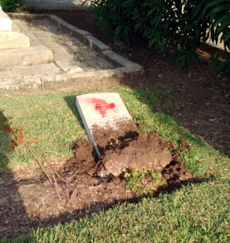 קברים שהושחתו בבית העלמין הבריטי ברחוב יפו בחיפה (צילום: חי פה)