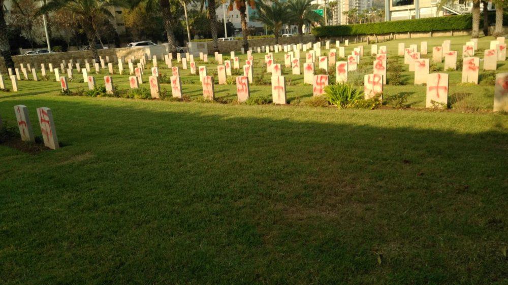 צלבי קרס והשחתה של עשרות מצבות בבית העלמין הבריטי בחיפה  (צילום: חי פה)