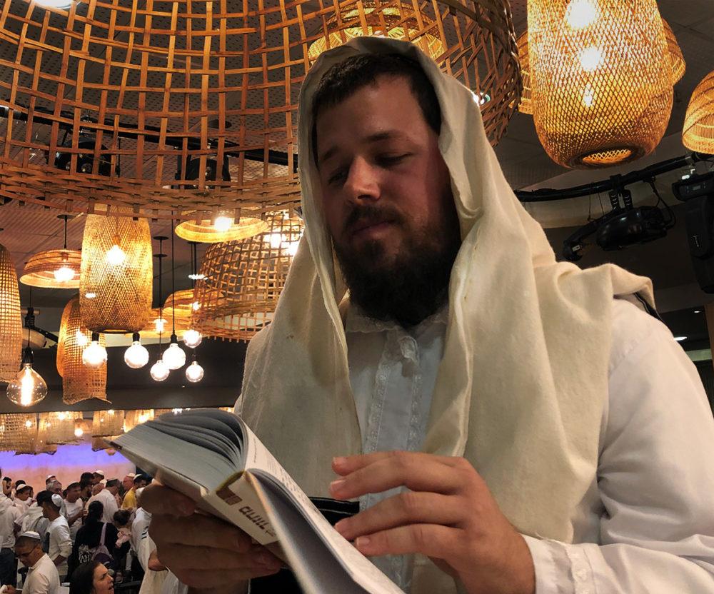 הרב יהודה בעת תפילת נעילת הצום בחיפה - הכרמל הצרפתי (צילום: ירון כרמי)