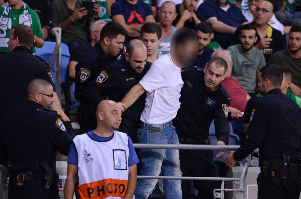 """אלימות אוהדים במגרש הכדורגל """"סמי עופר"""" בחיפה (צילום: חגית אברהם)"""